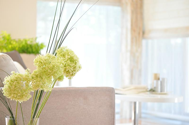 花とソファー